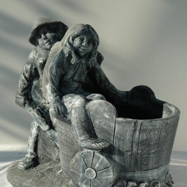 Саксия момче и момиче с количка